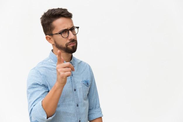 Marszcząc brwi zaniepokojony facet drżący palec