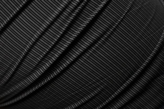 Marszczący się czarny materiał