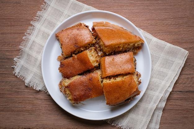 Martabak manis to indonezyjski nadziewany słodki naleśnik wypełniony prażonymi orzeszkami ziemnymi i czekoladą