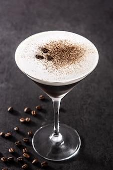Martini espresso koktajl na czarnym tle