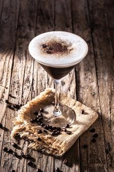Martini espresso koktajl w szkle na drewnianym stole