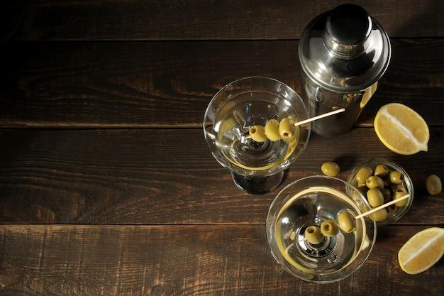 Martini w szklance z zielonymi oliwkami