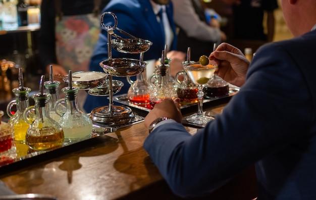 Martini z zielonymi oliwkami na stole w barze.