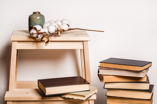 Martwa atmosfera we wnętrzu z książkami, wystrój domu, sezon jesienno-zimowy