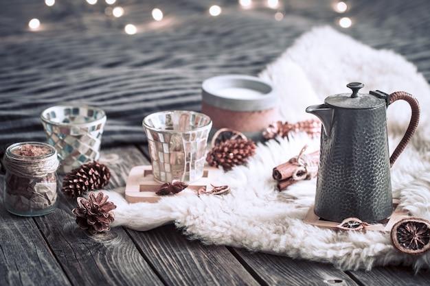 Martwa natura dekoracje do domu z czajnikiem na drewnianym tle we wnętrzu pokoju ze światłem w tle, koncepcja wakacji