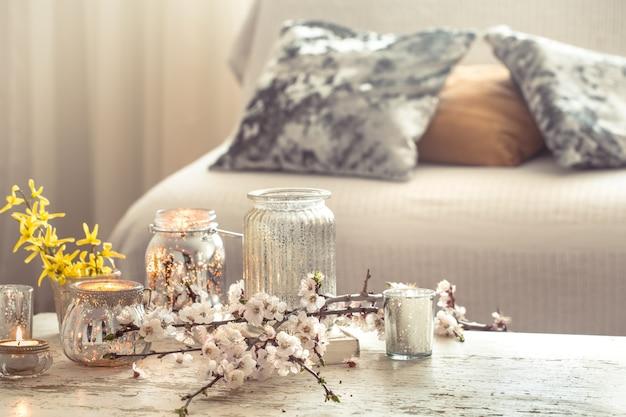 Martwa natura kwitnie z dekoracyjnymi przedmiotami w salonie