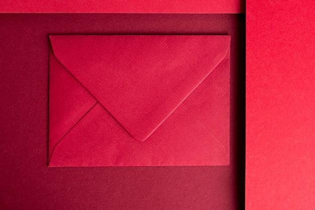 Martwa natura monochromatyczna z czerwonym papierem