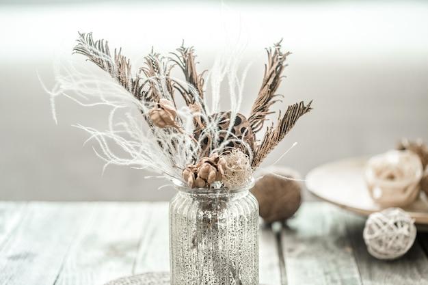 Martwa natura piękny wazon z suszonymi kwiatami.