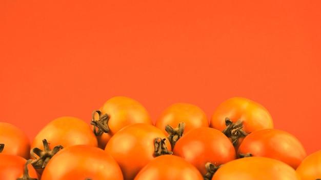 Martwa natura pomidory fotografia w stylu retro w stylu retro z gradientowym pomarańczowym tłem