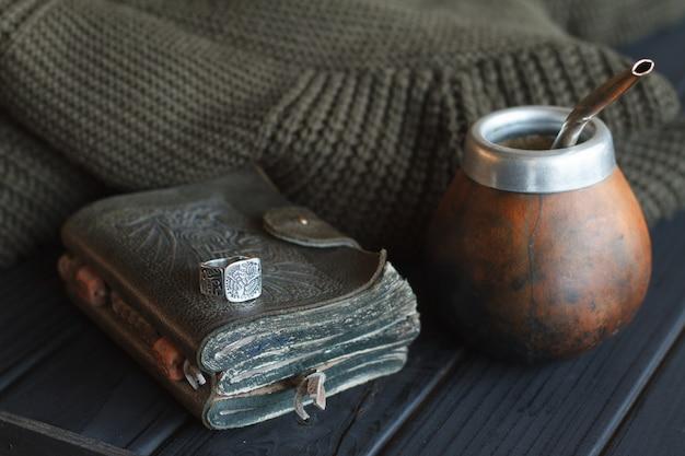 Martwa natura ręcznie wykonanej rzemieślniczej tykwy yerba mate do herbaty ze skórą tykwy ze słomką