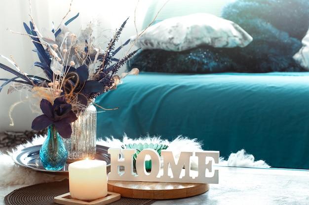 Martwa natura w odcieniach błękitu, z drewnianym napisem home i elementami dekoracyjnymi w salonie.