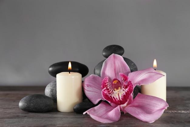 Martwa natura w spa z pięknym kwiatem i blaskiem świec