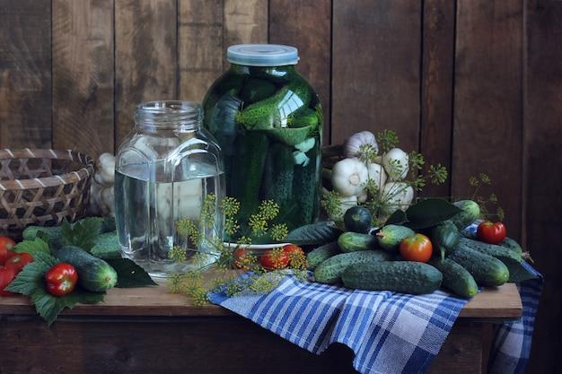 Martwa natura w stylu rustykalnym z warzywami na stole.