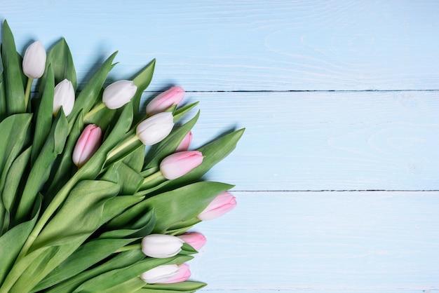Martwa natura wiosna delikatne białe i różowe tulipany