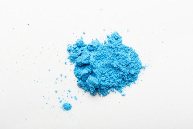 Martwa natura z błękitnym tonerem na białym tle