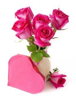Martwa natura z bukietem różowych róż i pudełkiem serca