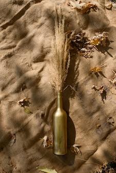 Martwa natura z bukietem suszonych kwiatów w szklanej butelce. miejsce na tekst lub reklamę