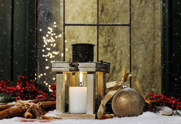 Martwa natura z dekoracją świąteczną i świeczką