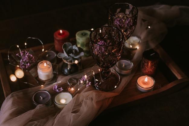 Martwa natura z dekoracji ślubnych, świec i wina