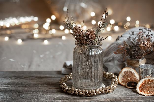 Martwa natura z dekoracyjnym szklanym wazonem na niewyraźne tło z bokeh. koncepcja wystroju domu.