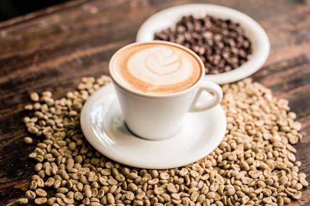 Martwa natura z filiżanką cappuccino i ziaren kawy