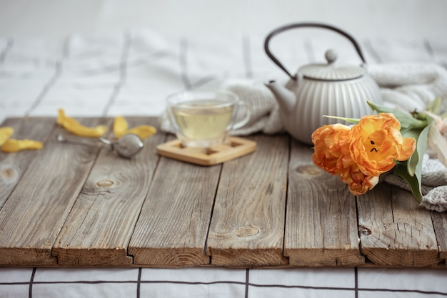 Martwa natura z filiżanką herbaty, czajnikiem i bukietem tulipanów