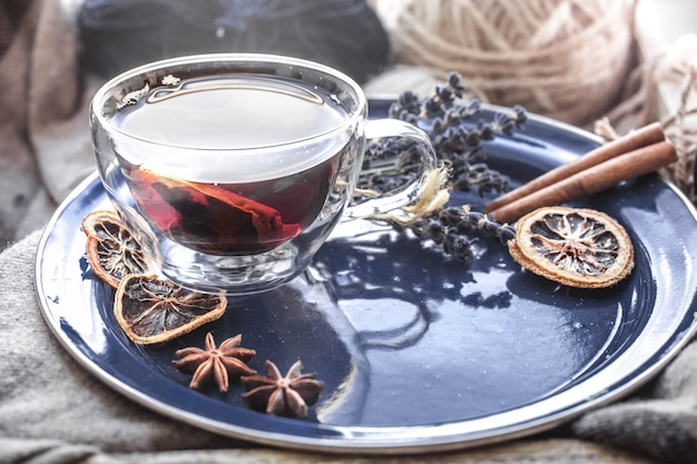Martwa natura z filiżanką herbaty przy oknie