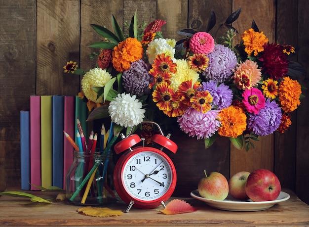 Martwa natura z książkami i bukietem. powrót do szkoły. 1 września, dzień wiedzy. dzień nauczyciela.