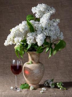 Martwa natura z kwitnącymi gałązkami bzu w wazonie