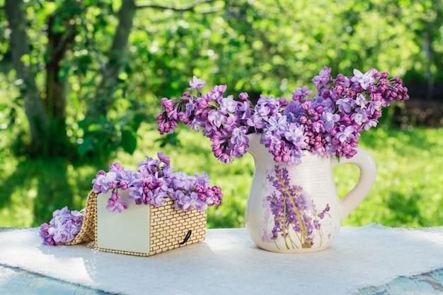 Martwa natura z liliowym pudełkiem na serwetce na tle zieleni