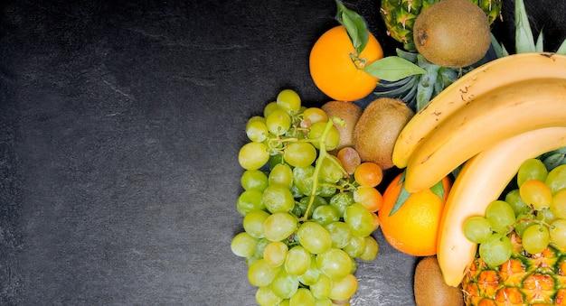 Martwa natura z owoców widziana z góry. miejsce na kopię. śródziemnomorska dieta hiszpańska.