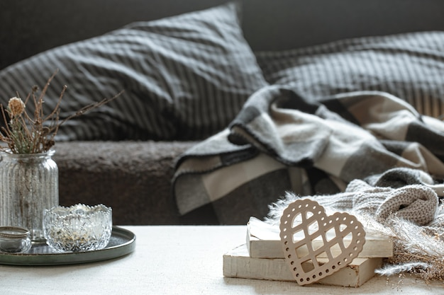 Martwa natura z ozdobnym sercem, książkami i przytulnymi rzeczami do domu. koncepcja walentynek i domowego komfortu.