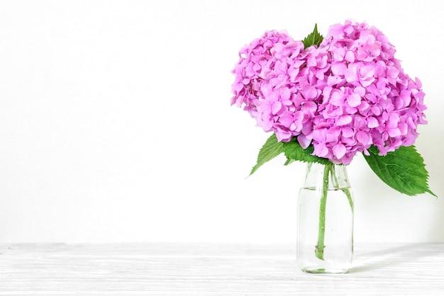 Martwa natura z pięknym bukietem różowych kwiatów hortensji.
