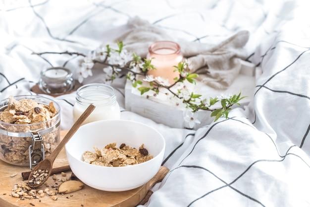 Martwa natura z pięknym zdrowym śniadaniem w łóżku