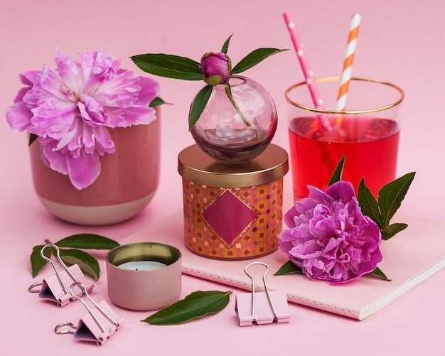 Martwa natura z piwonii, notatnik, świece. układ pocztówki na walentynki, wesele, urodziny i deklarację miłości.