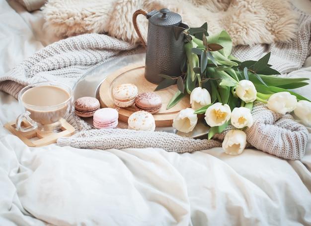 Martwa natura z porannym śniadaniem z kawą i makaronikiem
