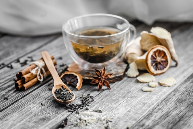 Martwa natura z przezroczystą filiżanką herbaty na drewniane tła