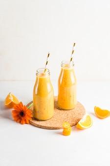 Martwa natura z pysznym pomarańczowym smoothie