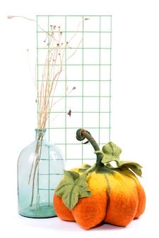 Martwa natura z ręcznie robionymi dyniami z filcowanej wełny z okazji halloween