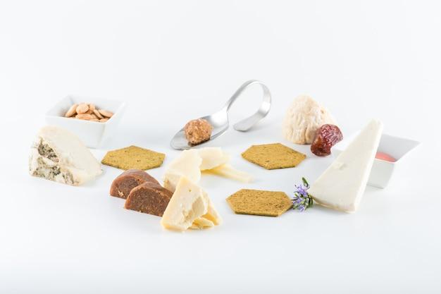 Martwa natura z różnych rodzajów sera z krakersami