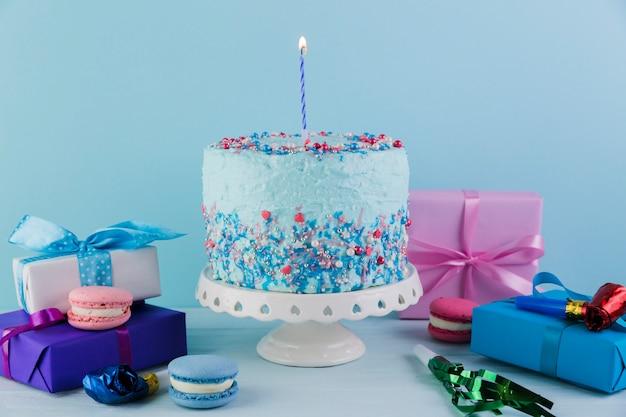 Martwa natura z smacznego tortu urodzinowego z prezentami