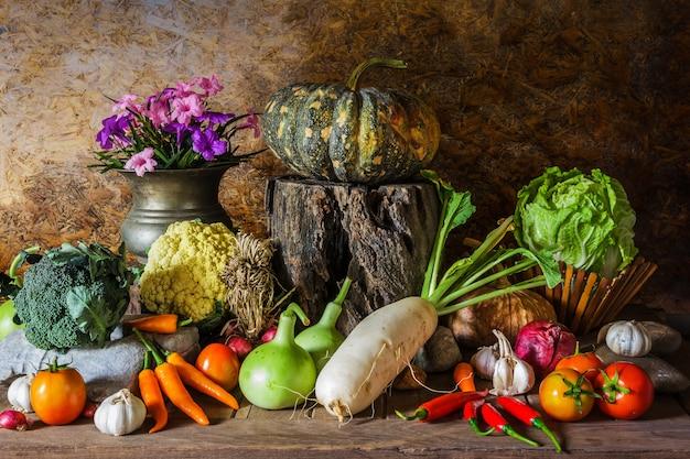 Martwa natura z warzywami, ziołami i owocami.