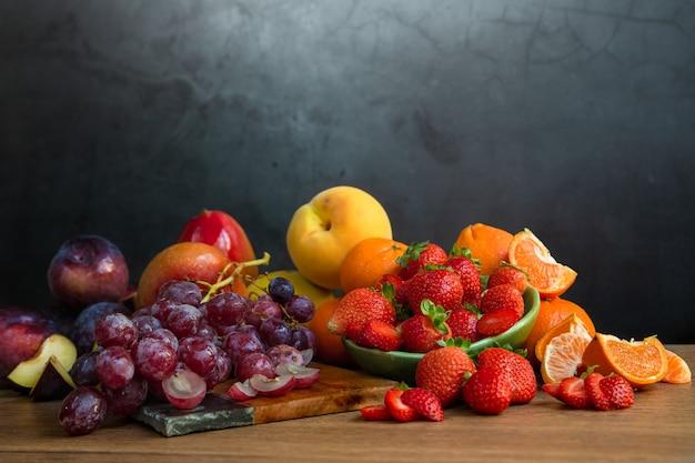 Martwa natura ze świeżych owoców sezonowych o czerwonawych odcieniach