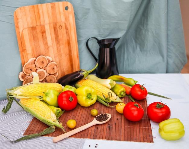 Martwa natura ze świeżych warzyw. koncepcja zdrowego żywienia