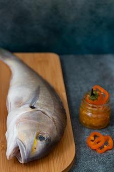 Martwa natura ze świeżymi rybami i peruwiańskimi składnikami do gotowania