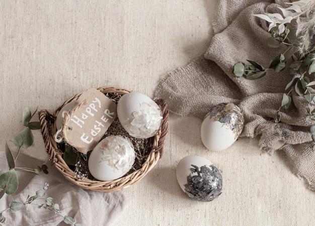 Martwa wielkanoc z jajkami w wiklinowym koszu. koncepcja wesołych świąt.