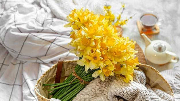 Martwa wiosna z filiżanką herbaty i kwiatów. jasne tło, kwitnący i przytulny dom.
