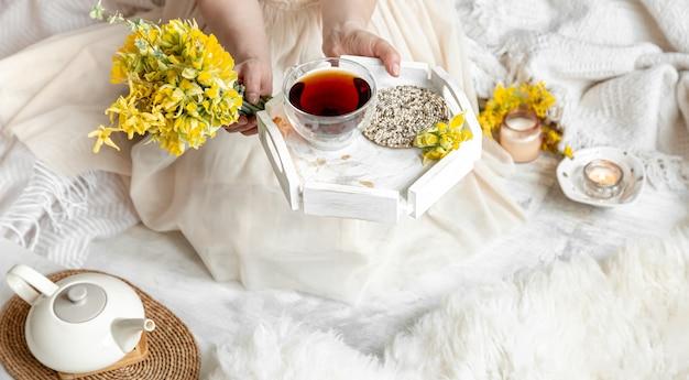 Martwa wiosna z filiżanką herbaty i kwiatów