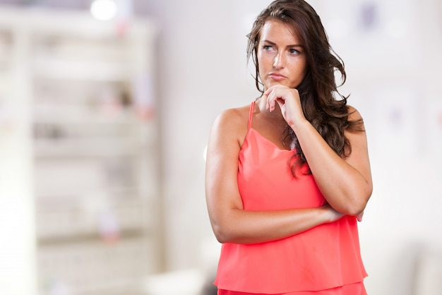 Martwi młoda kobieta myślenia