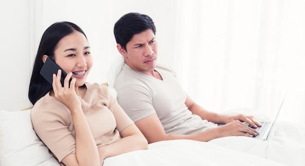 Martwi się kobietę leżącą obok niej, próbując zerknąć na ekran